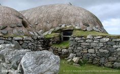 The blackhouse is built on clay where the base stones of the wall stand on pebbles to prevent movement.