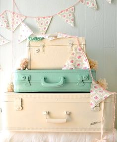 By using the pastel colours in our Chalked Rust-Oleum® spray-paint range – old luggage can be made pretty as a picture. Perfect for baby's room – and a model balance between form and function. Painted Suitcase, Suitcase Decor, Decoupage Suitcase, Vintage Suitcases, Vintage Luggage, Spray Paint Projects, Diy Projects, Garden Projects, Recycled Furniture