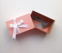 Πρωτότυπη Ευχετήρια Κάρτα σε Κουτί σε σχήμα Σπιρτόκουτου !! Η διάστασή του είναι 8.9 x 14.4 x 5.7cm  Έχει πουά υφασμάτινη καρδιά με κρεμαστό κουδουνάκι και τριανταφυλλάκια από πολυμερικό πηλό .  Κάνε την μαμά να χαμογελάσει !Έτσι απλά! Ναι ναι ... θα το κρύβει στο συρτάρι θα το ανοίγει που και που και θα χαμογελάει!  Μπορείς να προσθέσεις το μήνυμά σου ή ένα μικρό γράμμα με όλα αυτά που έχεις να της πεις! Box, Frame, Cards, Home Decor, Picture Frame, Snare Drum, Decoration Home, Room Decor, Maps
