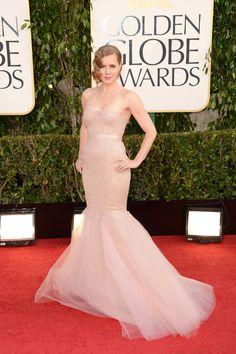 Alfombra roja de la 70 edición de los Globos de Oro. Amy Adams, nominada como best supporting actress por The Master, lleva un vestido inspiración bailarina de Marchesa.