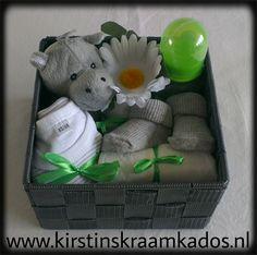 Kraammandje grijs/groen / Baby Gift Basket Grey/Green Balloon Gift, Diy Baby Gifts, Baby Birth, Gift Baskets, Best Gifts, Wedding Cakes, Balloons, Baby Shower, Diy Crafts