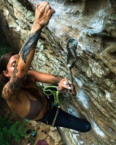 Going for that strenuous clip on 8 Ball. You cant tell here but it was HOT o Klettern Climbing Girl, Climbing Outfits, Ice Climbing, Mountain Climbing, Sport Climbing, Rock Climbing Workout, Snowboard Girl, Mountaineering, Athletic Women