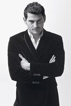 Wonder why I watch soccer religiously? Definitely doesn't hurt when men like this play. Oh, Iker, you magnificent goalkeeping specimen. Moda Peru, Real Madrid Players, Best Football Team, College Football, European Soccer, Fc Chelsea, Soccer Stars, Book Boyfriends, Well Dressed Men