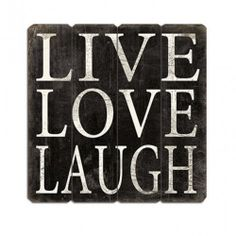 Cartel de madera vintage en color negro y serigrafiado con las palabras Live, Love, Laugh. Quedará precioso decorando cualquier estancia de tu hogar. Podrás encontrarlo en nuestra tienda online. www.honeypoppies.com