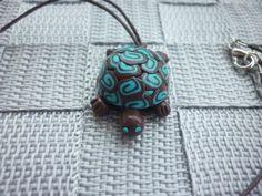 Pendentif tortue en pâte polymère, marron et bleu turquoise. : Pendentif par laboiteabijouxnanny