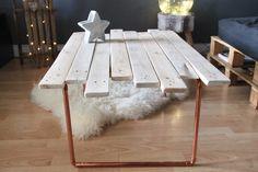 Table basse en bois de palettes recyclé, avec pieds en tuyaux de cuivre. Craquez pour son look scandinave qui se mêle à l'indus ! Au toucher doux, la table a été poncée - 19859916