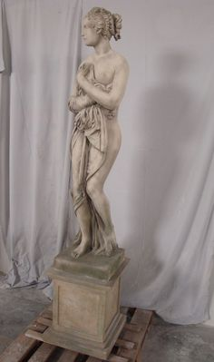 Statua in pietra, scolpita e anticata a mano, di recente produzione