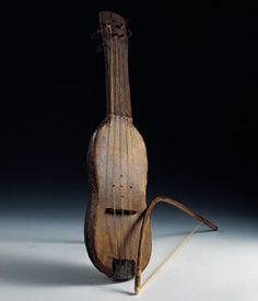 RABEL  Instrumento formado por una caja armónica, un mástil y un clavijero, donde van sujetas de una a cuatro cuerdas de tripa o de crin que se extienden a lo largo de la caja hasta un cordal, normalmente de cuerno. La tapa superior de la caja puede ser de piel, de hojalata o de madera y, a diferencia del violín, la caja no tiene alma (pieza cilíndrica de madera que, sin encolar, une las tapas superior e inferior de aquel instrumento para sostener la tensión de las cuerdas y para darle más…