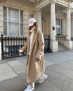 Keep it cosy in out Duster Coat. This longline jacket features a neutral tan colour, collar and pockets to keep your hands warm on those wintery days. Street Style Outfits, Look Street Style, Mode Outfits, Trendy Outfits, Winter Fashion Outfits, Fall Winter Outfits, Look Fashion, Autumn Winter Fashion, Fashion Women