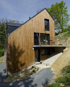 Atelier RVL — Dubois SVP! Cette maison répond aux exigences bioclimatiques et n'a que pour seul chauffage un poële à bois de 4,5KW.