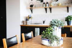 Astuce déco : créer une jardinière dans des brocs et bassines vintage !