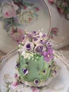 (viola) SHABBY COTTAGE PINK ROSE DECORATED FAKE CAKE CHARMING!!