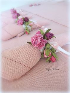 Tiny ribbonwork silk ribbon roses with rosebuds The napkin rings you ordered are ready for pick-up. ru / Photo # 4 - Other MK Ineta - Galazil from Nigar Hikmet my rose bud cottage . X ღɱɧღ Deco Champetre, Rose Centerpieces, Ribbon Art, Ribbon Rose, Snacks Für Party, Napkin Folding, Silk Ribbon Embroidery, Rose Buds, Fabric Flowers