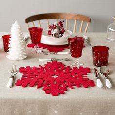 Red felt snowflake placemat - New Arrivals Christmas Placemats, Christmas Tablescapes, Christmas Deserts, All Things Christmas, White Christmas, Xmas, Merry Christmas, Felt Decorations, Christmas Crafts