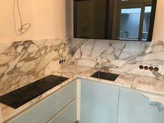 """Goldener Stein: Diese Küche durften wir mit dem berühmten Marmor aus Carrara """"Calacatta Oro"""" veredeln. Zusätzlich wurde die Oberfläche mit einer speziellen Imprägnierung behandelt, die das Eindringen von Flüssigkeiten in das offenporige Gestein verhindert. #steinreinisch #küchenarbeitsplatten  #carrara #calacatta Calacatta Oro, Innovation, Steinmetz, Flat Screen, Marble, Blood Plasma"""