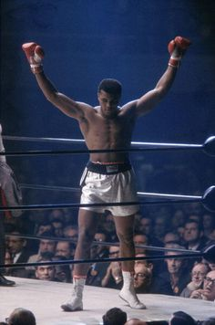 The greatest boxer of all times Muhammad Ali is from Louisville, KY. Muhammad Ali is known for his skills he used in the boxing ring. He has a daughter name Laila Ali that look along his skills in boxing. Laila Ali and Muhammad Ali are unstoppable. Mohamed Ali, Sports Illustrated, Crosse De Hockey, Boxe Fitness, Jiu Jitsu, Karate, Muhammad Ali Boxing, Float Like A Butterfly, Boxing Champions