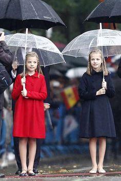 Prinzessin Sofia und ihre Schwester Leonor amüsieren sich trotz Regen prächtig unter ihren Schirmen.