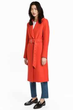 Coat in a sturdy wool blend with notch lapels, concealed double buttons at the front, concealed pockets in the side seam and a single back vent. Soft, detac