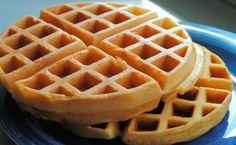 Receita de Waffle Americano, aprenda como fazer o famoso e tradicional Waffle Americano simples e fácil, Com poucos ingredientes é possível preparar essa delícia em casa. Não se esqueça de utilizar… Tasty Pancakes, Pancakes And Waffles, Waffle Americano, Brunch, Cupcakes, Dessert Recipes, Desserts, Crepes, Keto Meal Plan