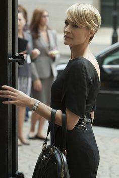 50 Best Dressed Characters of All Time - Robin Wright as Claire Underwood in House of Cards - Elle Robin Wright Hair, Claire Underwood Style, Dresses For Apple Shape, Joanna Lumley, Melissa Joan Hart, Vanessa Williams, Kate Jackson, Elle Us, House Of Cards