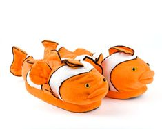 Staying warm during the cold winter months never got so adorable! Soak your feet in stylish comfort with these strikingly adorable Clown Fish slippers. Funny Slippers, Best Slippers, Winter Slippers, Kids Slippers, Winter Warmers, Plush Animals, Stay Warm, Clownfish, Shoes