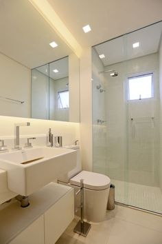 Such a geometrically squared bathroom :) Love the design, the indirect mirror light and the little tiles in the shower. Cabinet Remodel, Bathroom Remodel Tile, Bathtub Tile, Bathroom Improvements, Bathroom Mirror, Small Bathroom, Home Interior Design, Bathroom Design, Bathroom Renovation