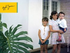 Senna, Viviane e Leonardo (bebê) na porta de casa