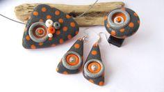Boucles d'oreilles Gris anthracite à pois orange en polymère fimo