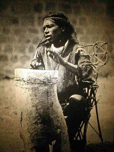 El tambor se usa para activar y curar nuestro espíritu, alineando la vibración de nuestro corazón con el de la Madre Tierra. Cada tambor tiene su propio sonido sin igual. Es usado en ceremonias, danzas, canciones y celebraciones. Es una parte de ti. Tu tambor podrá ayudarte a percibir tu unidad con todo a nuestro alrededor. Nosotros somos sagrados y el tambor es sagrado, el sonido es sagrado.