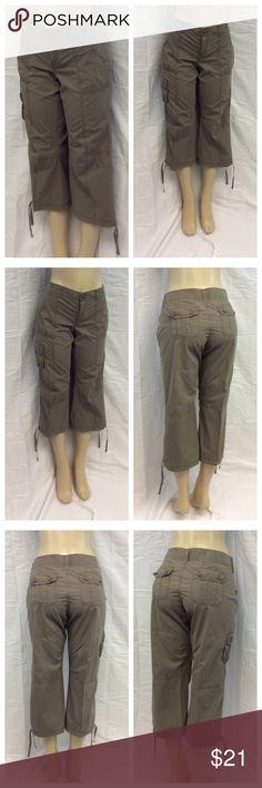 """GAP LADIES CAPRIS GAP Ladies Capris, Size 10, 100% cotton, machine wash. Approximate measurements are 18"""" waist laying flat, 31 1/2"""" waist to hem, 22"""" inseam, 9 1/2"""" waist to crotch, 3"""" zipper. 0348 GAP Pants Capris"""
