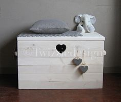 Steigerhout opbergkist (voor kussentjes?) Wood Creations, Everything Baby, Cool Baby Stuff, Wood Pallets, Barn Wood, Decoration, Baby Room, Toy Chest, Diy Home Decor
