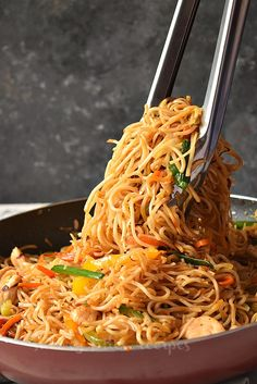 Better than Chinese takeout this Chicken Chow Mein is what you need to fix dinner under 30 mins! Chicken Chow Mein Noodles Recipe, Chow Mein Sauce Recipe, Chow Mein Noodle Recipe, Easy Chow Mein Recipe, Crispy Chow Mein Noodles, Healthy Chicken Recipes, Asian Recipes, Dog Food Recipes, Cooking Recipes
