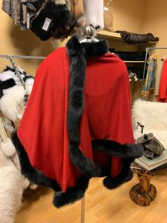 Beautiful grey cape with black fox fur ideal for the winter season. Chic and elegant for occasions or just to avoid the cold with style Capes, Fox Fur, Winter Hats, Trending Outfits, Grey, Unique, Clothes, Vintage, Black