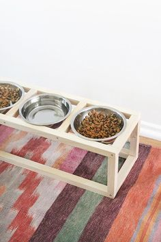Cat Food Station 19 Brilliant DIY Projects For Pet Food Stations - Whether you have a cat or dog, these great ideas can help minimize the mess of food bowls! Dog Bowl Stand, Animal Projects, Diy Projects, Food Stands, Food Stations, Pet Furniture, Pet Bowls, Diy Stuffed Animals, Cat Food
