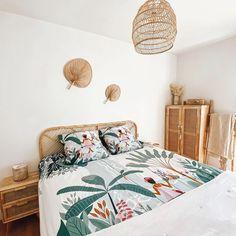Carré Blanc (@carreblancparis) • Photos et vidéos Instagram Decoration, Comforters, Blanket, Bed, Nature, Photos, Furniture, Instagram, Home Decor