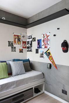 Decoração de casa de apartamento. No quarto, cama branca, cabeceira cinza, prateleira cinza, meia parede, parede cinza, parede branca.  #decor #decoracao #casadevalentina #casa #housedecor #apartamento #bedroom #quarto