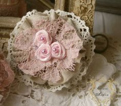 Andin Shabby Chic Shabby Chic Kranz, Shabby Chic Wreath, Shabby Chic Flowers, Shabby Chic Crafts, Burlap Flowers, Lace Flowers, Vintage Flowers, Fabric Flowers, Ribbon Crafts