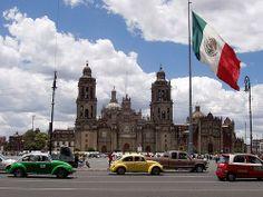 Mexico (41e place) est la capitale du Mexique et la ville la plus peuplée d'Amérique. La place de la Constitution, appelée Zócalo (à l'image), est l'un des sites symboliques de la ville