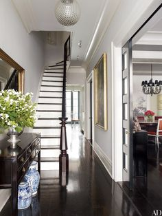 Brooke Shield's Manhattan Home in Architectural Digest. The actress collaborates with decorator David Flint Wood on a New York townhouse redolent with family memories. Architectural Digest, Design Entrée, Home Design, Interior Design, Design Trends, Lobby Design, Modern Interior, Interior Architecture, Modern Design