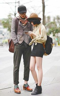 Street style: coordinating looks for couples and bffs. Asian Street Style, Tokyo Street Style, Japanese Street Fashion, Tokyo Fashion, Harajuku Fashion, Korean Fashion, London Street, Fashion Couple, Look Fashion