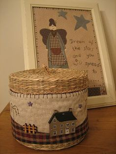 I have lots of little baskets. Perhaps I could make a little frieze to go around and stitch it on - I don't think it can be as pretty as this, though. (Simply Patchwork: Tuto cubre cesta y unas miniaturas) Felted Wool Crafts, Felt Crafts, Diy Crafts, Wool Quilts, Mini Quilts, Wool Applique, Applique Quilts, House Quilt Block, Fabric Boxes