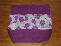 Vamos fazer essa linda bolsinha? O primeiro passo é escolher o tecido principal, o composê (tecido para os detalhes) e o forro. Corte t...