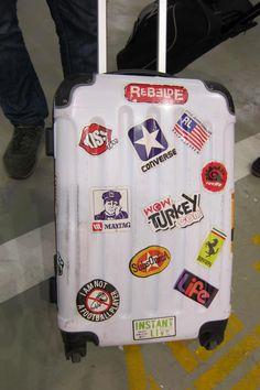 Parece que a moda dos adesivos em malas está de volta. Na Ásia é muito comum ver isso. Os adesivos dão um charme à sua mala de viagem e a identificam com facilidade.