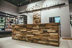 Оформление кассовой зоны и обшивка стены брусками из различных пород древесины. Производство мебели под заказ. Отправка в любую точку. Лофт, индастриал, прованс, рустик.  Loft, industrial, rustic, provance.