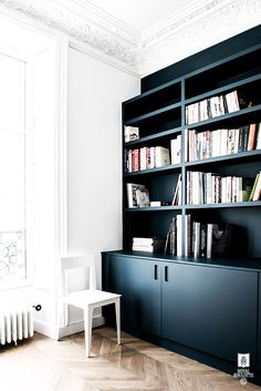 √ Stylish Large Bookshelf Decorating Ideas For Your Lovely Home For 2019 Blue Bookshelves, Bookshelves In Living Room, Decorating Bookshelves, Living Room Storage, Modern Bookcase, Bookcases, Tidy Room, Pinterest Home, Home Living