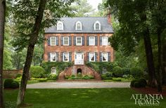 The Sandy Springs home, with its American Federal front façade, is modeled after the historic Davenport House in Savannah, Georgia, and overlooks the Chattahoochee River. Zen, American Interior, American Houses, Atlanta Homes, Lush Garden, Spring Home, Classic House, Beautiful Homes, House Beautiful