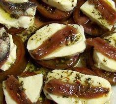 Montadito of tomato, mozzarela and anchovy - Comidas saladas - Wine Recipes, Cooking Recipes, Healthy Recipes, Sardine Recipes Canned, Spanish Tapas, Tapas Bar, Finger Food Appetizers, Easy Food To Make, Mozzarella