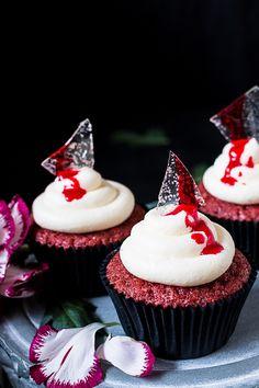 Red velvet kakku sopii täydellisesti Halloweeniin ja olin tänään niin Halloween tunnelmissa, että sitähän oli aivan pakko leipoa! Red velvet kuppikakut ovat yksi suosikkiresepteistäni ja resepti löytyy myös kirjastani Kakkutaidetta kotikeittiössä.