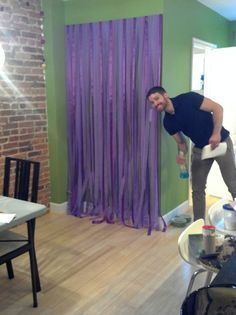 Easy & affordable DIY photobooth backdrop from ribbon, streamers and cardboard!