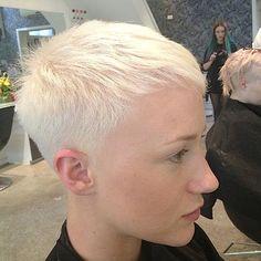 très court et blond